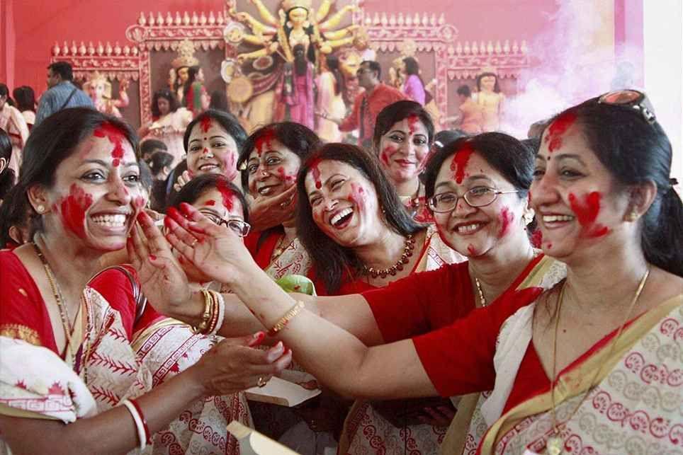 durga pooja women are danceing.